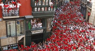 """Revellers hold up their red scarves during the start of the San Fermin Festival in Pamplona July 6, 2010. The annual festival, best known for its daily running of the bulls, kicked off on Tuesday with the traditional """"Chupinazo"""" rocket launch and will run until July 14. REUTERS/Susana Vera (SPAIN - Tags: TRAVEL SOCIETY)"""